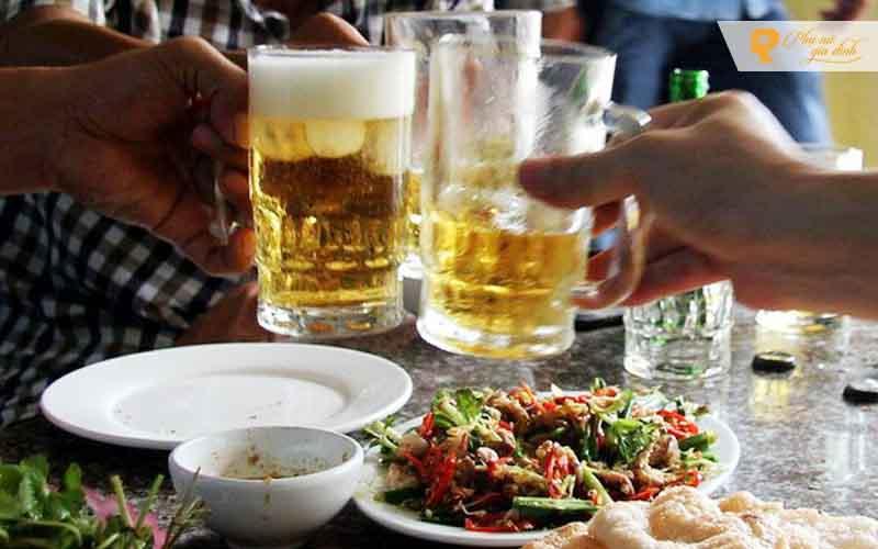 Không khí ăn nhậu tưng bừng không chỉ khiến bạn uống nhiều bia hơn mà còn ăn nhiều loại đồ nhắm mất vệ sinh, có hại cho sức khỏe.