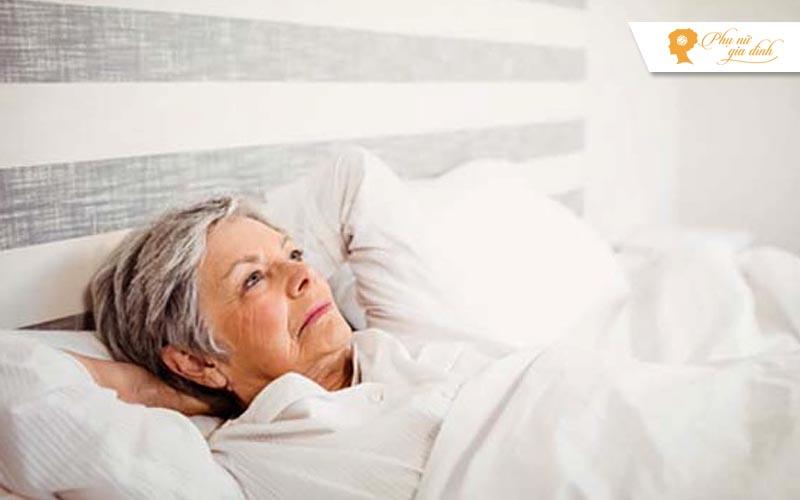 Vì sao người cao tuổi thường mất ngủ?