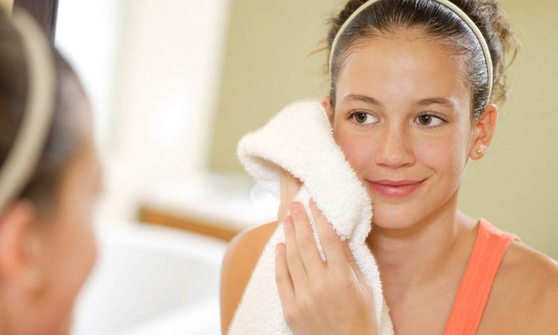 Tác hại của việc dùng khăn lau mặt. (Ảnh: Internet)